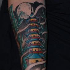 手臂彩色宝塔纹身图案
