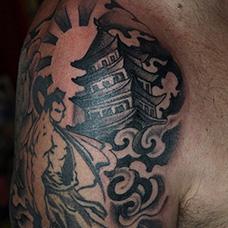 大臂帅气的宝塔纹身图案