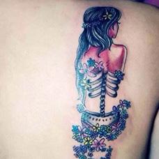 肩部创意女生背影纹身图案