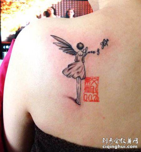 肩部女生背影纹身图案