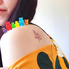 美女肩部后面彩色复联标志纹身