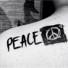 肩部上黑色反战标志纹身图案