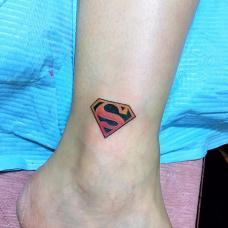 脚踝彩色超人标志小清新纹身