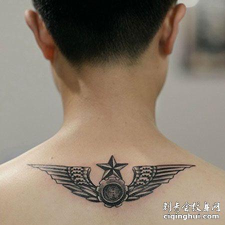 个性陆军标志后颈纹身图案