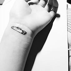 手腕别针纹身图案