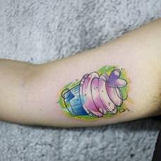 大臂可爱的冰淇淋纹身图案
