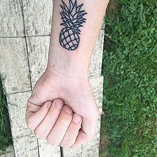 手腕简单的菠萝纹身图案
