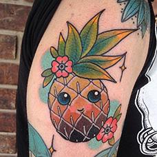 大臂可爱的菠萝纹身图案