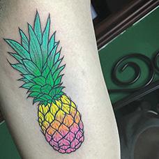 大臂彩色菠萝纹身图案