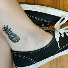 脚踝简单的菠萝纹身图片