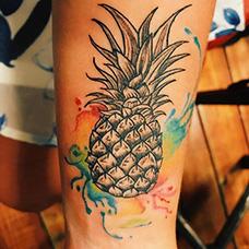 脚踝黑灰色菠萝纹身图案
