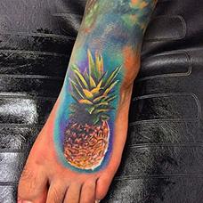 脚背写实的菠萝纹身图案