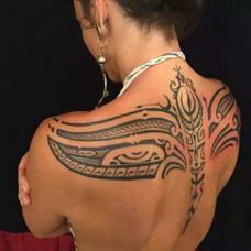 裸背美女背部部落纹身图片