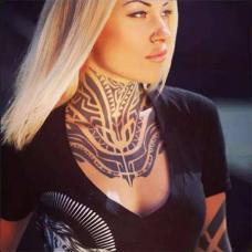 美女前胸和颈部部落纹身图案