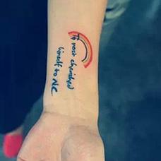 手腕彩虹和英文纹身图片