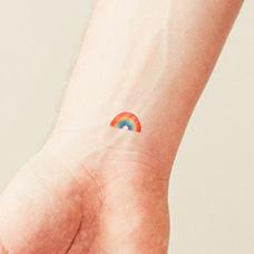 手腕小彩虹纹身图案