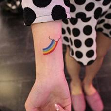手腕彩虹云朵纹身图案