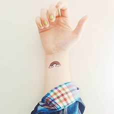 手腕彩虹纹身图片