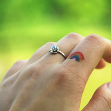手指小彩虹纹身图片