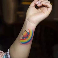 手腕彩虹和星星纹身图片