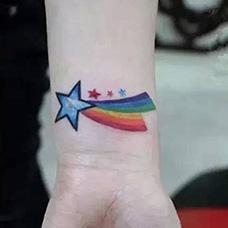 手腕彩虹星星纹身图案