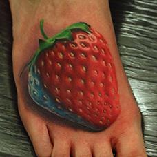 脚背写实的草莓纹身图案