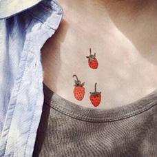 锁骨草莓纹身图案