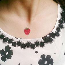 锁骨可爱的草莓纹身图案