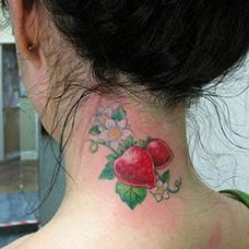 女生颈部草莓纹身图案