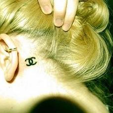 女生耳后香奈儿纹身图案