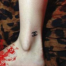 脚踝香奈儿标志纹身图案