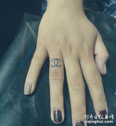 手指个性的香奈儿纹身图片