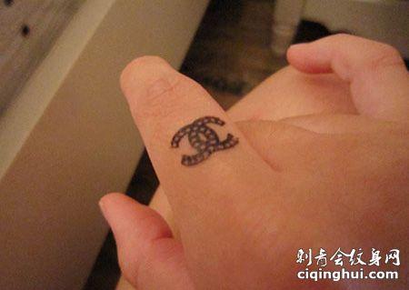 手指时尚的香奈儿纹身图案