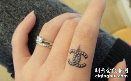女生手指香奈儿纹身图案