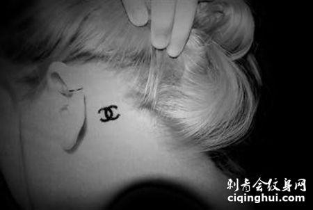 耳后香奈儿标志纹身图案