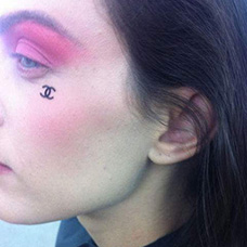 女生脸部香奈儿纹身图片