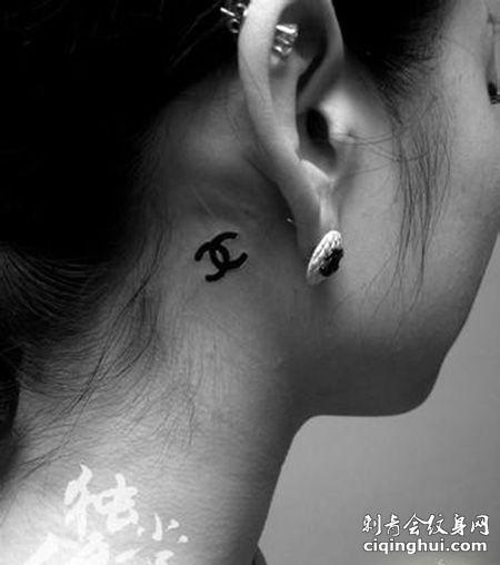 女生耳后时尚的香奈儿纹身图案