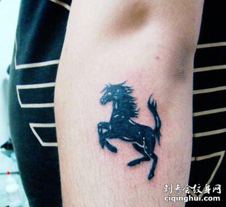 小臂法拉利车标纹身图案