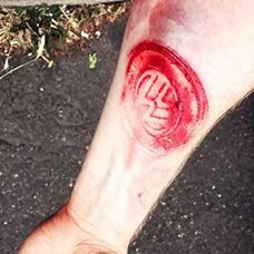 小臂割肉大众车标纹身图案