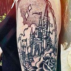 大臂镜子中的城堡纹身图案