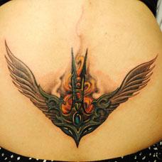 腹部的写实翅膀纹身图案