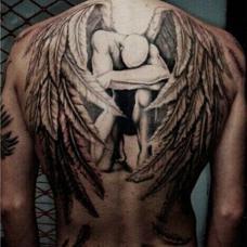 型男后背翅膀纹身图案