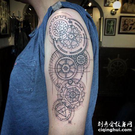 大臂简约的齿轮纹身图案