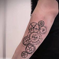 小臂素描齿轮纹身图案