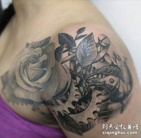 女生肩部齿轮纹身图片