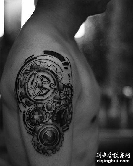 男士大臂个性的齿轮纹身图案