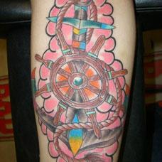 大臂粉色船锚船舵纹身图案