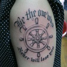 大臂上的船舵英文纹身图案