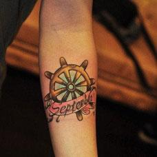 手臂船舵纹身图案