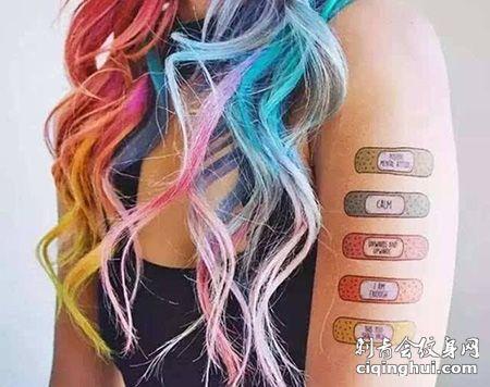 大臂彩色创可贴纹身图案